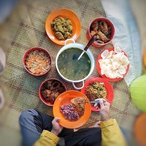 #soulfultravel  Toraja trip kali ini, merasakan kekeluargaan yang amazing bersama Lembaga Desa Wisata Suloara .. Ini adalah makanan kami saat perayaan thanksgiving beberapa waktu lalu .. Makasih Ma Anjani sudah sediakan kerupuk, mie goreng dan kecap :D  Yang enggak sempat cicipin itu Piong karena sampai malam sudah super full ini perut 😅 masakan yang dimasak dalam bambu ini, LEGEND banget!! Kalo gitu, Sopiah musti balik lagi 🤣 (masukin wish list!! )  Sampai jumpa lagi, Toraja Utara!! #foodporn #foodism  #clozetteid #lifestyle #torajamelotravel #foodlover #ExploreTorajaUtara #visittorajautara #visitToraja #SofiaDewiTravelDiary #eMpoweringYouths
