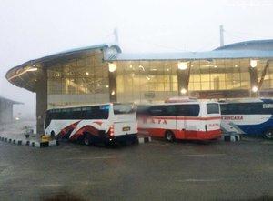 Terminal Terpadu Pulogadung ... so modern .. bersih.. semoga semua terminal bus di Indonesia bisa seperti ini 🙏😍 Pernah masuk terminal mirip begini di TBS (Terminal Berpadu Selatan) dan Melaka Sentral di Malaysia.. nyaman! Super nyaman! Seneng banget nemu ini.. meski saya enggak masuk dan stay di bus karena hujan.. . . . #clozetteid #OBL #sofiadewitraveldiary #travel #traveller #travelling #cominghome #lifestyle #latepost