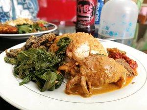 Siang hari yang terik.. dengan jadwal meeting berderet.. paling enak makan Nasi Padang di RM Roda Baru 2 .. perlu jalan kaki sekitar 700m untuk sampai ke sini dari hotel.. tapi.. worth it! ♥️ . . . . . Akhirnya!! Makan padang!! @aleximf  #clozetteid #lifestyle #lunchtine #makandibajawa #sofiadewitraveldiary #sofiadewiculinarydiary #masakanpadang #indonesiandelight #foodporn #foodism #foodgasm #makansiang