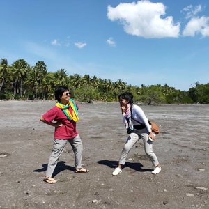 #RamadanDay12 Picnic Day! . . . Jangan tanya ini pose apa .. Ini namanya menikmati hari.. Abis kerja 4 hari .. 2 hari di antaranya mengueras habis tenaga karena tersedot emosi kebawa ke suasana konseling dan healing 😋 Ndakpapa .. Anak psikologi cepet kok move on-nya 😙 . . . Kami otewe ke Pantai Lamawolo, tapi trus gak bisa menahan diri melihat padang garam ini .. Ini di Watodiri-Kimakama .. Jadi mirip-mirip sama habitat komodo jugak 😆 biarpun masih Agustus baru ke sana, gakpapa wis icip-icip dulu sama panasnya .. . . . Kata kak Dette, oktober/november kembali ke sini nanti (insyaAllah sehat), pepohonan bakalan berubah warna jadi coklat atau grey. Wuaawwww ... Gak syabar 😆😆 . . . Next time semoga bertiga 😻😻 kumplit sama Mas Alf .. #clozetteid #lifestyle #travel #styleblogger #travelporn #instatravel #livetotravel #SoulfulTravel #travel 📸 by @dette_langobelen  Taken with @oppoindonesia R17 PRO