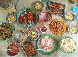 #BukaPuasa yuk!  Rindu makanan Toraja . . . Nasi putih .. Nasi merah .. Ikan .. Ayam .. Tahu .. tempe .. Perkedel jagung . Kerupuk .. sambal .. Acar .. Duh .. . . . Namanya juga manusia .. Lama gak ke NTT .. Bilang kangen NTT .. Selama di NTT, homesick 🤣 sampai rumah, kangen Toraja .. Gitu aja terus sampai momon beranak pinak.. 😙 #clozetteid #travel #lifestyle #JustTravel #foodporn #foodism #instafood  #ExploreToraja #traveling #travel #CommunityBasedTravel #TorajaMelo #SofiaDewiTravelDiary #SofiaDewiCulinaryDiary
