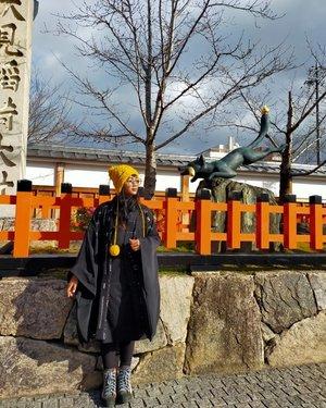 """There are no strangers .. only friends you have not met yet"" (WBY) . . . Oh hello kitsune .. finally I met you🥰 and now I miss @jillyijoe & @kathkirana more! 🤣🤣🤣 . . . Once upon a time.. at Fushimi Inari Taisha (Kyoto) .. it's 7°C with a gloomy sky and the sunshine .. freezing kitsune and a happy Sofia Sari Dewi with @liveinmanumanu Ngada NTT handweave kimono 🥰🥰 . . . 📸 By @gewe_alu  #clozetteid #lifestyle #travel #wheninKyoto #sofiadewitraveldiary #liveinmanumanu #madeinIndonesia #localbrandid #justtravel #ootd #fashionblog #styleblogger #winterinjapan #travelblogger #fushimiinaritaisha"