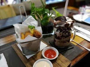 Salah satu yang salah kaprah adalah merasa makan kecil (karena gak makan nasi) tapi menu yang dipilih adalah ini 😂 that's me 😎 . . . Our meals before movie time 😋 enjoy yours guys! #clozetteid #lifestyle #meals #foodie #foodporn #foodism #foodgasm #instafood #sofiadewiculinarydiary #sofiadewimudikdiary #blue #mondaychill  PS : pinjam dulu ya . . . Day 3