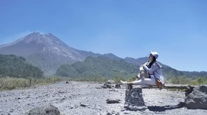 "Calm down, Merapi .. 💙🤗 . . . Weekend lalu, untuk belasan kalinya main ke kawasan wisata Gunung Merapi untuk Lava Tour bareng @kai121_ @kawisata @keretaapikita .. dan yup .. bener kata guide .. ""Langka banget bisa dapat Merapi secantik ini.."" .. karena beberapa kali ke sana, meski dari bawah terlihat clear .. sampai atas bisa tetiba dia selimutan awan 😅 . . . Seketika tersadar ketika kemarin sore Merapi batuk .. Iya juga, biasanya sebelum batuk atau muntah .. Merapi selalu memanjakan kita dengan kecantikannya 💙  Dan kata guide juga, ""Akan lebih baik kalau Merapi sering batuk, tidak tertahan dan jadi tumpah ruah seperti dekade silam.. "" . . . . #GatheringSahabatKAIxKAIaccess #AyoNaikKereta #FantasticJourney . . . Stay safe, everyone 🙏 Semoga segera berlalu dan tidak ada korban besar .. Besok.. Copiah terbang ke Jogja 🙌 Semoga clear dan lancar .. aamiin!  #clozetteid #lifestyle #explorejogja #visitjogja #WonderfulIndonesia #SofiaDewiTravelDiary #Yogyakarta #LavaTourMerapi #TravelPhotography #SonyAlpha6500 #SonyForHer"