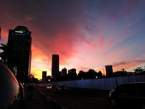 💙💙...Membelah Jakarta dengan membonceng motor ... Beruntung dapat driver yang sudah sepuh jadi bapake pelan-pelan.. membuat saya menikmati dengan puas perjalanan petang hari menuju ke rumah.....Langit senja hari ini... LUAR BIASA.. bahkan sesaat sebelum memerah.. langitnya masih nampak biru.. 💙...Enggak pake filter... Gak diedit .. gak dicolek snapseed.. cuma ngetap layar handphone aja difokusin di tengah 💙 (bahkan ada logo itu pun enggak diedit juga.. biarkan terpampang 😬)...Thank you, Mas.. sudah mengenalkan dan mendekatkan saya pada #Leica 😜..#clozetteid #jakartahariini #senjadijakarta #leicashot #leicalense #sunset