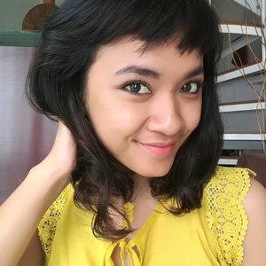 """Selamat Pagi 💙 . . . Bagi perempuan khususnya, April itu spesial! Identik dengan Hari Kartini .. jadiiiii, Sopiah mau bagikan hadiah untuk teman-temanku yang beruntung 😍 . . . ada 5 pcs CLINELLE Gold Caviar firming EYE Serum .. untuk 5 orang.. (SLIDE the pic ya) . . . Syaratnya gampang banget .. (1) Follow akun @sophie_tobelly dan @clinelleid (2) Post di IG foto ekspresi wajah segar terbaikmu disertai caption tentang """"seperti apa sih Kartini jaman now menurut kamu?"""" (3) Ajak dan Tag 3 teman kamu (4) Berlaku untuk teman-teman yang berdomisili di Indonesia (5) Pastikan akunmu tidak di-private . . . Ditunggu sampai tanggal 25 April 2018 ya.. Pengumuman pemenang tanggal 27 April 2018.. pemenang akan dihubungi via DM untuk verifikasi data.. dan chill!! Biaya ongkir hadiah, Sopiah tanggung koook.. 😉 . . . Siapaaaaa yang gak looove sama firming eye serum sih? bisa EYErobic ya nanti.. 😍 GOOD LUCK!! . . . #clozetteid #lifestyle #giveaway #giveawayallert #sofiadewibeautydiary #clinelleid #firmingeyeserum #eyeserum #quiz #beauty #goldcaviar #aprilgiveaway #aprilquiz"""
