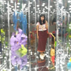 "Keriaan di akhir weekend .. sebelum besok kembali ke Jakarta esok.. . . . dikabarin ... kalo ... Ternyata Singapore Biennale akan ada lagi di 2018/2019 ini 😍 #throwback trip Februari 2017 menjelang berakhirnya ""An Atlas Of Mirrors"" , tahun ini gak mau ketinggalan juga ah .. 😉 meski masih TBC tanggal pastinya.. (tapi semoga november udah mulai seperti 2 tahun lalu!) Yuk.. mulai nabung gaes!! . . . Tapi.. Trus baper .. 😂 apakah pas ke sana nanti, rambut Sop akan bisa sepanjang itu lagi? 😂😂 shampoan tiap hari ngaruh gak? Atau ditarikin? 😝 siapin wig? 😏 😂😂 Gimana bikin signature kepala mammoth kalo pake wig 😒 . . . Btw.. slide ke kiri untuk tahu keseruan di tahun lalu ... dan ... Apakah gambar terakhir masuk ke dalam favoritmu? tell me ya, please .. tell me .. 😍 . . . Ada yang mau bareng trip ke sana? 🙋 #clozetteid #lifestyle  #singaporebienalle #sofiadewitraveldiary #batiktukshop #fashion #fashionid"