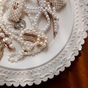 Siapa yang sempet terobsesi sama jepit-jepitan pearl kaya gini? 😂❤️✨  #clozetteid #pearls #pearl #pearlnecklace #flatlay #accessories #pearljewelry