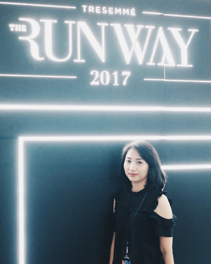 #throwback to over a week ago, #TRESemmeRunway #RunwayReadyHair 2017..#werkwerkwerk on the weekend 😌...#tresemmeindonesia #tresemmeid #jakartaevent #blackdress #monochrome #clozetteid