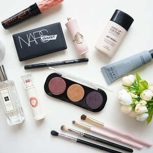 Just some of this week favorite. And btw... I just publish my full review on @makeupforeverid #ArtistShadow. Check it out at bit.ly/mufeartistshadow *link is on bio*#ClozetteId #makeup #beautyaddict #beautyblogger #beautyfavorites #makeupforever #mufe #beautyjunkie #makeupjunkie #nars #benefitcosmetics #jomalone #etudehouse #flatlays