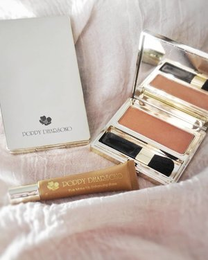 Playing with these adorable babies from @poppydharsonocosmetics i got to try their two way cake powder foundation, blush on, and an eyeshadow base that are excellent 💯.I mean, just look at the packaging. Very elegant and chic. Poppy Dharsono truly is a fashion & beauty icon! Review on le blog #BeautyRedemption soon!.#poppydharsonocosmetics #poppydharsono #poppydharsonomakeupcantik#ClozetteID