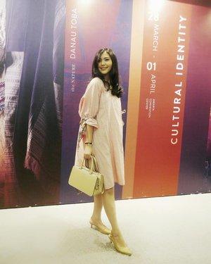 Weekend kemarin datang ke Indonesia Fashion Week 2018 dan berkesempatan untuk diundang menonton presentasi para designer berbakat dari @bekraf.go.id @kopikkon @ikkon_ngada . Jatuh cinta dengan kain-kain tradisional daerah, yang di design dengan super kekinian! Lengkapnya nanti saya ulas di #beautyredemption blog ya! . Meanwhile, banyak sekali yang tanya tentang dress ini. My pretty dress was made by the very talented  @sophie_tobelly 💛 . #IndonesiaFashionWeek2018 #JCC #JakartaEvent #ClozetteID #StarClozetter #FashionOOTD