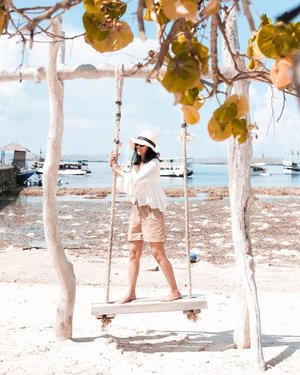 The Kanawa Island Swing__Ceritanya waktu dateng main ke Kanawa Island eh kepagian, dan air lautnya masih surut hahaha. Akhirnya sambil nunggu snorkeling foto-foto dulu deh di swing ini. Bayangin kalau airnya udah naik, makin bagus view nya! Tapi gapapah kayak gini aja udah keren banget kok 😎✌__Travel OutfitTop : Linen @mango Short : @uniqloindonesia Hat : @sarinahindonesia Labuan Bajo__#Travelstyle #BeautyRedemption #kanawaisland #ExploreLabuanBajo #vitrietraveldiary #clozetteid