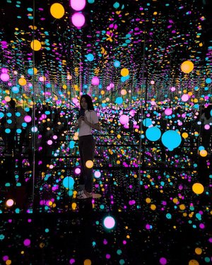 To the stars who listen, and the dreams that are answered~..........#yayoikusama #infinityroom #museummacan #museums #art #artspace #lifestyleblogger #beautyredemption #clozetteid #lights #instagram #instalike #instagood #stars