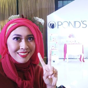 #LatePost of me having a great Valentine dinner and blogger gathering with @pondsindonesia at Dharmawangsa Hotel, Feb 14th 2017. . Such a beautiful color combination: red and white. Flowers everywhere! . Congratulation Pond's Indonesia for relaunching the Age Miracle for a better formulation to fight against aging signs! . #ponds #pondsindonesia #pondsagemiracle #agemiracle #clozetteid #beautyblogger #indonesianbeautyblogger #beautybloggerid #instaglam #Indonesia #love #red #redlips #reddress #makeup #nightmakeup #blogger #KekuatanNonStop