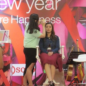 Another glimpse of yesterday's event♥ i overcome my fear of being on stage. I was in a drama class back in high school that didnt help either but i know the only thing that can help me to overcome my fear is myself. God has a funny way of showing his love because when one door closes, another opens and i am thankful for the opportunity of a makeup demo held and given by @clozetteid and @cliniqueid I gotta say i am loving it now being on stage hahahaha ♥ bring it!! #eventjakarta #beauty #talkshow #makeupdemo #clozetteid #clozettedaily #bloggerindonesia #beautyblogindonesia #belajarmakeup #sharingaboutbeauty
