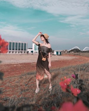 PICNIC IN JAKARTA? Agak halu n maksa sih saking uda kebelet pengen travelling n dress nya mendukung 🥺 @miquthelabel  . . #Ootd #ootdfashion #ootdinspo #ootdideas #ootdindo #ootdindokece #ootdinspiration #ootdindonesia #indobeauty #indofashion #indofashionpedia #indofashionpeople #jakartaspot #jakartahits #ootdjakarta #jakartabeauty #indofashionblogger #clozetteid #lookbooks #lookbooklookbook #lookbookindonesia