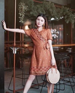 Aku tu suka bgt baju yg ada details nya! Dan kalo liat difoto gini ini kaya dress bahan batik biasa, tapi coba swipe n liat detail beads di dress nya ✨ syukakkkk pake banget �� @parigatabatik_id . . #Ootd #ootdfashion #ootdinspo #ootdideas #ootdindo #ootdindokece #ootdinspiration #ootdindonesia #indobeauty #indofashion #indofashionpedia #indofashionpeople #jakartaspot #jakartahits #ootdjakarta #jakartabeauty #indofashionblogger #clozetteid #lookbooks #lookbooklookbook #lookbookindonesia