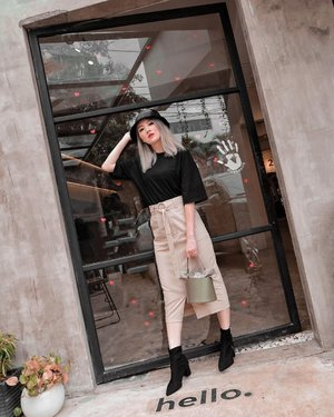 Hello 🤗 selalu suka d outfit simple tapi ada something on point kaya rok @label8store ini ada slit nya dikir trus detail belt nya, dan bahan nya ini agak kaku gt jadi jatoh nya bagusssss . . #Ootd #ootdfashion #ootdinspo #ootdideas #ootdindo #ootdindokece #ootdinspiration #ootdindonesia #indobeauty #indofashion #indofashionpedia #indofashionpeople #jakartaspot #jakartahits #ootdjakarta #jakartabeauty #indofashionblogger #clozetteid #lookbooks #lookbooklookbook #lookbookindonesia