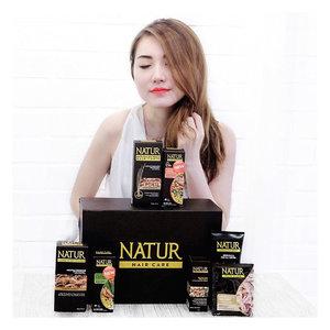 Thanks banget kak @lunamaya uda kirimin aku giftbox Natur Hair Care 😍 Aku uda lama tau dan aku yakin temen2 juga semuanya udah kenal sama merk ini @backtonatur. Tapi jangan salah sekarang Natur ga cuma buat rambut hitam aja, produk terbaru nya aja Natur Hair Vitamin  ada 2variant yaitu Olive Oil & Vitamin E utk yg diwarnai.. trus juga wanginya segerrr alami (uda ga bau jamu kaya dulu 😜)..Sudah teruji klinis mengurangi rambut rontok hingga 90% dengan pemakaian 14 hari. Pantesan rambut aku uda berkurang jauh rontok nya n lebih sehat alami, ayo rawat rambut kita dengan yg alami ajahh... @backtonatur 😍..#KuatDariAkar #LawanRontok #NaturHairTonic #NaturHairCare #ClozetteID