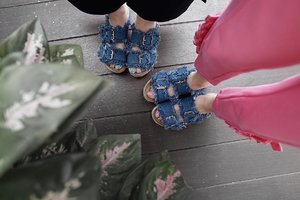 Accidentally twinning with @steviiewong 💙 this @berrybenka denim wedges is way too cute and comfy . . #MeAndBerryBenka #MeAndBB