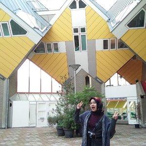 At the famous cubes . . . . . . #Rotterdam #cubes #travelnetherlands #travelling #landmark #architecture#studidibelanda #netherlands #europe #eurotrip #IndonesianFemaleBloggers #clozetteid