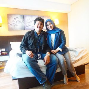 """Ternyata nikmatnya hotel itu baru berasa setelah nikah ya"" real quote by my husband @baimabd92..Sebagai anak JakSel sejati kami berdua seneng banget dapet kesempatan buat staycation di Jakarta Timur tepatnya di hotel @bwpthehive. Pengalaman lengkapnya sudah aku share di blog, link on my bio!.#hoteljakartatimur #hoteldekathalim #bwpthehive #earthhour2019 #clozetteid #indonesianfemalebloggers"