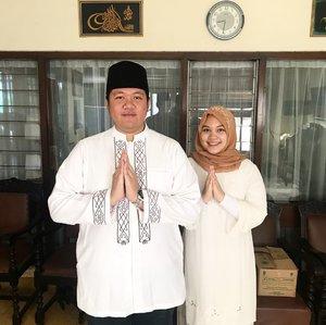 Our first Eid as husband and wife 🎉Selamat Hari Raya Idul Fitri, semoga amal ibadah kita selama bulan Ramadhan diterima oleh Allah swt dan kita dipertemukan kembali dengan Ramadhan berikutnya, aamiin 🙏🏻. Selamat bersenang-senang bersama keluarga, selamat makan2 enak, have a nice day!.PS: jangan di swipe untuk kesehatan mata dan hati..#eidmubarak #idulfitri2019 #idulfitri1440h #husbandandwife #putribaim #clozetteid