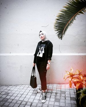 ___Edisi kangen sama yang motoin nya nih. Kalo foto-foto kita ga pernah failed kan yaa wkwkwk. Hayu atu der kapan atu saling fotoin lagi, jangan di event mulu temunya wkwk.___Slide dong sapa tau ada yang mau kenalan sama yang motoinnya wkwkwk.___@helgamyles #ClozetteID #Qupas #OutfitOfTheDay #HijabOOTD