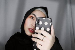 ___ Mana nih yang team selfie selfie-an puluhan kali tapi yang di upload nya cuma satu doang? ☝🏻 ___  #Selfie #SelfieMirror #SelfieMakeup #TribePost  #ClozetteID  #SamsungA70 #SamsungCase #Polkadot #Monochrome