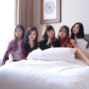 We're staring at you to remind you to vote 😁😁😁. #staycation#holidayinnexpress #holidayinnexpresssurabaya #hotel #aphrodites #aphroditescollab #aphroditesxholidayinnexpress #aphroditesstaycation #girls #asian #lifestyle #lifestyleblogger #lifestyleinfluencer #clozetteid #sbybeautyblogger #beautynesiamember #bloggerceria #blogger #influencer #ootd #hotel #hotelreview #bblogger #bbloggerid #gym #indonesianlifestyleblogger #indonesianblogger #surabayablogger