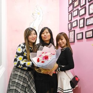 Congratulations my most annoying, irritating cousin @ellysagita for the opening of @menail.salon @marvellcity !  Bouquet's only prop, we really did get her flowers (per her request 🤣🤣🤣) but not this one hahaha.  #event #beauty #beautyevent #surabaya #surabayaevent #eventsurabaya #girls #asian  #clozetteid #bloggerindonesia #bloggerid #bloggerceria #beautynesiamember #bloggerperempuan #sbybeautyblogger #indobeautysquad #menail #menailsalon #menailsurabaya #nailsalon #nailsalonsurabaya  #opening #grandopening #bbloggerid #influencer #beautyinfluencer #surabayablogger #surabayainfluencer