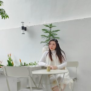 Can you guess my current fave hangout place 🤣🤣🤣?  Seriously this place is so pretty and cozy, so many pretty spots too, i can't help but continue wanting to return. I just wish that the food's just as nice 🙈. Don't get me wrong, their food is decent but honestly i wish they're better 🙈.  #ootd #ootdid #whitehousesurabaya  #clozetteid #sbybeautyblogger  #BeauteFemmeCommunity #notasize0  #personalstyle #surabaya #effyourbeautystandards #celebrateyourself #mybodymyrules