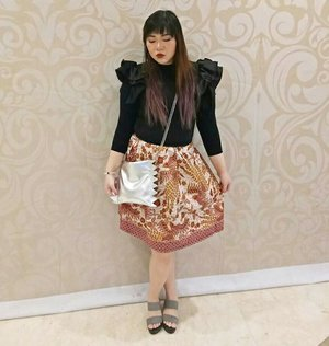 I have a question : why do i always look so b*tchy? I swear i was just trying to look serious... #ootd #ootdid #ootdindo #ootdindonesia #fashion #personalstyle  #personalstyleblogger #clozetteid #clozettedaily #blogger #bblogger #bbloggerid #indonesianblogger #surabaya #surabayablogger #influencer #surabayainfluencer #influencersurabaya #effyourbeautystandards #notasize0 #comfortableinmyownskin  #girlygirl #ruffledtop #batik #batikskirt #iwearbatik #candybag #quirky #quirkybag #silverbag