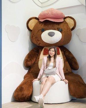 Meet my new beau, Teddy! 🐻🐻🐻 #teddyville #teddyvillemuseumpenang #teddyvillemuseum #pinkinmalaysia #pinkinpenang #clozetteid #sbybeautyblogger #beautynesiamember #bloggerceria #influencer #beautyinfluencer #jalanjalan #wanderlust #blogger #bbloggerid #beautyblogger #indonesianblogger #surabayablogger #travelblogger  #indonesianbeautyblogger #travelblogger #girl  #surabayainfluencer #travel #trip #pinkjalanjalan #pink #kawaii #kawaiiaesthetic #bloggerperempuan