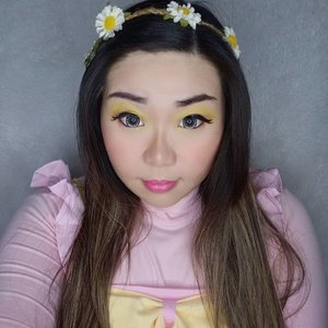 3rd Look for #MindysRainbowChallenge : Ku alias kuning A.K.A Yellow!  Buat aku yellow represents the Sun that shines brightly ☀️, so it's the continuation of the last look yang representing Sunset, Yellow look in representing Sunrise and new beginning that we are about to have (once the pandemic stopped, we will begin our new lives. It will never be the same again, but it will be better as we should grow smarter, stronger and kinder). Selain itu this look reminds me of a bumble bee 🤣🤣🤣 ga tau kenapa, tapi gak cute amat ya jadi bee, jadi anggep aja floral fairy lah ya. Look ini summery banget, dan semoga nanti pas summer datang, it will warm our hearts and world again, and the pandemic will be over by then. Can i get an amen to that??? Personally aku ngga begitu sering pake warna kuning (kalo gold sering yah) baik untuk makeup maupun wardrobe, tapi waktu mau bikin look ini jadi inget kalo aku punya @eclatpressedglitter warna kuning emas ngejrenk yang biasanya jarang aku pake, challenge ini bener-bener bikin alat makeup yang terbengkalai jadi kepake lagi, seneng 😍😍😍. Ayok yang belom ikutan, mari bikin juga - jangan lupa aku akan kasih 1 follower yg berhasil completing the 7 looks by the end of April hadiah 😉. #quarantine #quarantinechallenge #dirumahaja #clozetteid #sbybeautyblogger #makeup #ilovemakeup #orange #orangemakeup #clozetteid #sbybeautyblogger #bloggerceria #beautynesiamember #bloggerperempuan #indonesianfemalebloggers #girl #asian #makeupchallenge #bblogger #bbloggerid #influencer #influencersurabaya #influencerindonesia #beautyinfluencer #surabayainfluencer #indonesianbeautyblogger #surabayabeautyblogger #surabayabeautyinfluencer