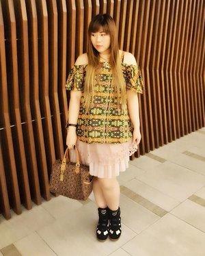 Anddd #ootd (yes, still from yesterday) wearing Ferliya Batik Cold Shoulder Blouse in green from @salestockindonesia #ilovebatik #iwearbatik #batikpride #blogger #bblogger #fashion #batikcanbebadass #personalstyle #indonesianblogger #indonesianpersonalstyleblogger #surabayablogger #surabayapersonalstyleblogger  #girl #asian #clozetteid #clozettedaily #salestockapp #ootdsalestock #supportlocalbrand #supportlocalbrandindonesia #supportlocalproduct