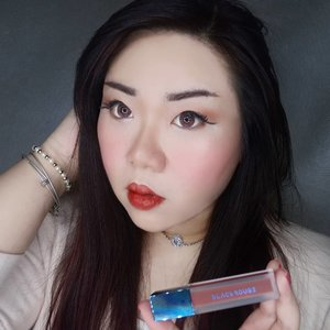 We all need a break from matte lippies once in a while, i am currently enjoying the light, airy and juicy Blue Ming Air Fit Velvet Tint from @blackrouge_kr 😍.Has a sweet, luxe fruity scent (definitely not the cheap, artificial type), light but still creamy formula, the velvet tint is not the watery type (i personally prefer creamier lip tint rather than the super watery ones? and has a pretty good color payoff. As it is a lip tint, it's not as pigmented as matte lip creams, but it's still pretty easy to use on your full lips, slightly patchy but manageable. It feels light and super comfortable on the lips, has a slightly glossy finish (i actually love the finish tho! Makes my lips looks super juicy) it does transfer but leaves a pretty tint behind so you do not need to constantly retouch it. My shade is the darkest shade they have : A32 Warm Dahlia Garden, a deeper type of brown (not a very common shade for Korean lip tint, pretty unique!) that looks almost 90s and also available in 4 other shades, all mostly on the warmer, deeper tones. If you're a fan on sexy, juicy but sophisticated lips, this lip tint is a very nice choice.If you're interested in giving them a try, you can purchase it from my Charis Shop (Mgirl83) for a special price or type https://bit.ly/bluemingMgirl83 to directly go to the product's page#blackrouge #airfitvelvettint #blueming#charisceleb #blackrougeairfitvelvettint#reviewwithMindy #beautefemmecommunity#kbeauty #koreanmakeup #koreanbeauty #koreanmakeupreview #koreancosmetics #kcosmetics #clozetteid #sbybeautyblogger #beautynesiamember #bloggerceria #bloggerperempuan #bbloggerid #jakartabeautyblogger #review #influencer #beautyinfluencer #SURABAYABEAUTYBLOGGER #endorsement #endorsementid #endorsersby #girl #openendorsement #beautysocietyid