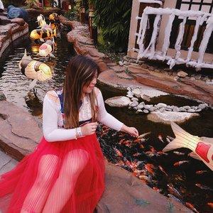 Herrreeee fishie fishie fishieee... #jawatimurpark3 #thelegendstar #thelegendstarjatimpark3 #pinkinmalang#pinkinbatu#clozetteid #sbybeautyblogger #beautynesiamember #bloggerceria #influencer #jalanjalan #wanderlust #blogger #indonesianblogger #surabayablogger #travelblogger  #indonesianbeautyblogger #indonesiantravelblogger #girl #surabayainfluencer #travel #trip #pinkjalanjalan #lifestyle #bloggerperempuan  #asian  #ootd  #bunniesjalanjalan#flowers #asian