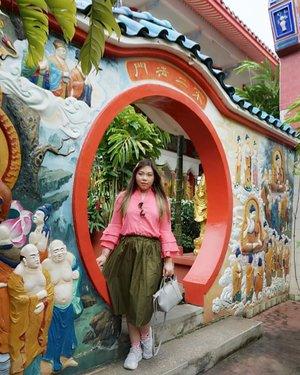 Picking up the pieces and moving on... #kekloksi #kekloksitemple#pinkinmalaysia #pinkinpenang#clozetteid #sbybeautyblogger #beautynesiamember #bloggerceria #influencer #beautyinfluencer #jalanjalan #wanderlust #blogger #bbloggerid #beautyblogger #indonesianblogger #surabayablogger #travelblogger  #indonesianbeautyblogger #travelblogger #girl #surabayainfluencer #travel #trip #pinkjalanjalan #malaysia #bloggerperempuan #traveltheworld #penang #ootd