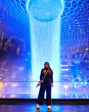 I didn't quite get the hype, but i cannot FOMO. So here's my Jewel shot 😂. #singapore #jewel #jewelchangi#jewelchangiairport #changi#clozetteid #sbybeautyblogger #beautynesiamember #bloggerceria #influencer #jalanjalan #wanderlust #blogger #indonesianblogger #surabayablogger #travelblogger  #indonesianbeautyblogger #indonesiantravelblogger #girl #surabayainfluencer #travel #trip #pinkjalanjalan #lifestyle #bloggerperempuan  #asian  #ootd  #bunniesjalanjalan #pinkinsingapore #ootdsingapore
