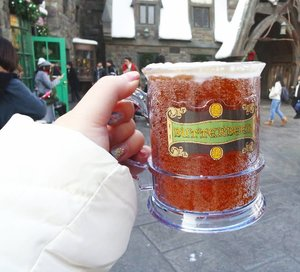 One thing that all Potterheads are dying to have a taste : Butterbeer 🍺! More on USJ and the Wizarding World of Harry Potter : http://bit.ly/jap2017p4  #universalstudiosjapan #majorthrowback #japan #pinkinjapan #japan2017  #trip #travel #japantrip  #jalanjalan #wanderlust #blogger #clozetteid #beautynesiamember #bloggerceria #influencer #travelblogger #indonesianblogger #indonesiantravelblogger #surabayablogger #surabayatravelblogger #exploringjapan #ilovejapan #instatravel  #pinkinosaka #osaka #travelislife #wanderingtheworld #universalstudiososaka #butterbeer #thewizardingworldofharrypotter
