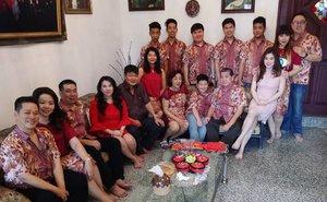 Happy Chinese New Year from big Tedja family 😄😄😄! #tedja #tedjafamily #bigfamily #bigfam #bigfamily❤️ #myfamily #chinesenewyear #cny #chinesenewyear2017 #family #bloodisthickerthanwater #gongxi #gongxigongxi #gongxifacai #lifestyle #clozetteid #clozettedaily #surabaya #blogger #indonesianblogger #surabayablogger #lifestyleblogger #surabayalifestyleblogger #indonesianlifestyleblogger #red #dressedinred #batik #batikuniform #wewearbatik #happycny