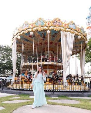 Mindy needs vacay. TAKE ME TAKE ME 😭😭😭. #pinkinthailand #pinkinhuahin#clozetteid #sbybeautyblogger #beautynesiamember #bloggerceria #influencer #jalanjalan #wanderlust #blogger #indonesianblogger #surabayablogger #travelblogger  #indonesianbeautyblogger #indonesiantravelblogger #girl #surabayainfluencer #travel #trip #pinkjalanjalan #lifestyle #bloggerperempuan  #asian  #ootd  #santoriniparkchaam #santorinipark #santoriniparkstay #thailand #huahin #bunniesjalanjalan