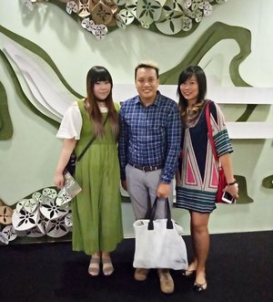 Yesterday at the first day of @surabayafashionparade 😊. Just realized later that the person who took our pics was one of the designers 😅, that made me feel guilty!  Btw yes, @ellysagita was wearing lipstick. Everybody's freaking out about it #lol  #surabayafashionparade #sfp #sfp2017 #surabayafashionparade2017 #surabaya #fashion #fashionevent #surabayaevent #surabayafashion #surabayafashionevent #event #eventsurabaya #surabayaevent #clozetteid #clozettedaily #blogger #indonesianblogger #surabayablogger #influencer #allaboutfashion #tunjunganplaza #tunjunganplazasurabaya #surabayainfluencer #influencersurabaya #fashionaddict #fashionholic #personalstyleblogger #sbybeautyblogger