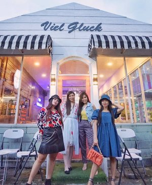 Believe in one thing : you can make beautiful memories anywhere, anytime if you let yourself be!  This pic, for instant - it looks and feels like Bali, but it's a shoe throw away from Surabaya! Pandemic really makes us look for hidden gems and overlooked treasures around us.  Let's photohunt/cafe hop again soon!  📍: @vielgluck_coffee .  #ladies #ootd #ootdid #clozetteid #sbybeautyblogger  #BeauteFemmeCommunity #notasize0  #personalstyle #surabaya #effyourbeautystandards #celebrateyourself #mybodymyrules #beautycomesinallsizes