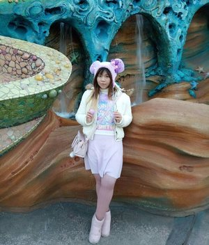 All pastel OOTD for Disney Sea 😝😝😝 That pink woolen skirt was purchased 2 days ago at Wonder Rocket Harajuku for about 75k rupiah, if i am not the queen of bargain i dunno who is! LOL  #ootd #pastelcolors #pastelootd #disneysea #japan #japantrip #japantrip2017 #winter #winterholiday #jalanjalan #funtime #disney #disneyseatokyo #clozetteid #clozettedaily #blogger #lifestyle #travelblogger #indonesianblogger #indonesiantravelblogger #surabayablogger #surabayatravelblogger #mommyblogger #wanderlust #itchyfeet #tokyo #pinkinjapan #girl #ootdid
