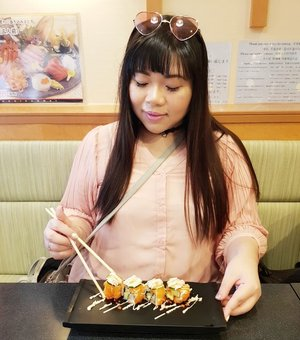 Pretending to be happy when i cry inside wishing for my type of sushi (cooked,  with tonnes of tobiko that they drown in it 😂) #pinkinjapan #pinkintokyo #japantrip2018 #summerholiday  #culinary #japanculinary #japanesefood #instafood #foodgasm #kuliner #kulinerjepang #pinkholiday #pinkjalanjalan #jalanjalan #clozetteid #sbybeautyblogger #beautynesiamember #bloggerceria #traveltheworld #itchyfeet #wanderer #traveler #blogger #influencer #travelblogger #girl #citizenoftheworld #sushi #tsukijifishmarket #tsukiji