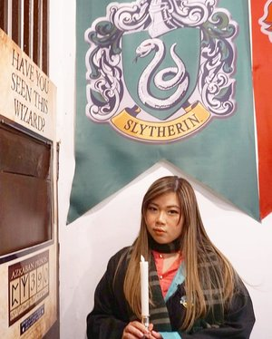 It's easy to see that she's a Slytherin and he is a Hufflepuff... Btw i lighten up the pic maximally hence the super pale Slytherin flag, because the cafe was pretty dark and we got there late too.  #potterhead #potterheadcafepenang #potterheads  #penangcafe #pinkinmalaysia #pinkinpenang #clozetteid #sbybeautyblogger #beautynesiamember #bloggerceria #influencer #beautyinfluencer #jalanjalan #wanderlust #blogger #bbloggerid #beautyblogger #indonesianblogger #surabayablogger #travelblogger  #indonesianbeautyblogger #travelblogger #girls #surabayainfluencer #travel #trip #pinkjalanjalan  #bloggerperempuan