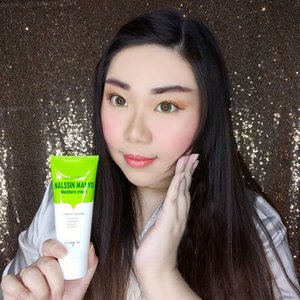 My skin been loving this lately : @skingoa Nalssin Manyo Moisture Cream!   It's a deep moisturizing, lavender scented (i used to dislike lavender scents but i have gradually accept it better hehe) cream moisturizer that has a light cream texture (you can see from the close up pic of the texture that it's not too thick so it's easy to get absorbed into the skin) that keeps my skin deeply hydrated and improve my skin texture to be suppler and mochier.  It is suitable for all skin types - even sensitive skin, both dry/dull skin and blemish prone skin can benefit from this cream. I have oily skin and i do find this cream to make my skin feels a little greasy so i prefer to use it at night as i find it too heavy for day use, especially under makeup. Another proof that it's super moisturizing is how i used it all over my face (including my eyelids haha. I do this with some Korean creams that can be used in all parts of your face) and within a week it gets rid of all dry spots from my lids and i actually notice my lids become oily for the first time in a long long time (it's apparent when i used eyeshadows) 😳😳😳.  With key ingredients like Hyaluronic Acid, Adenosine, Shea Butter, Niacinamide, Vitamin C and E, Centella Asiatica and Lavender to moisturize, brighten and reduce signs of aging like wrinkles, Nalssin Manyo Moisture Cream is also free from harmful ingredients making it super ideal and safe to use!  It's a very no-nonsense type of moisturizer that (who dislike too many steps in my skincare routine) works like a charm and i find to be very convenient to use. Trust me, it'll make your life (or at least your skin care routine) easier!    You can get yours with special price at my Charis Shop (Mindy83) or type https://bit.ly/nalssinmanyoMindy83 to get directed to the page directly.  @hicharis_official @charis_celeb #skngoa #NalssinManyo #CHARIS #hicharis #charisceleb #kbeauty  #clozetteid #sbybeautyblogger #BeauteFemmeCommunity #reviewwithmindy #skincare #koreancosmetics